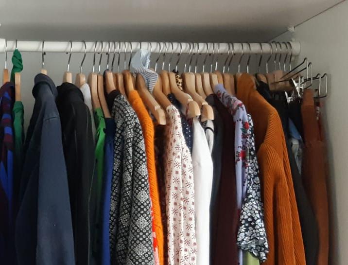 Kast met tweedehands kleding