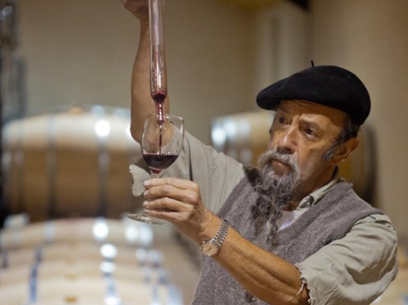 Wijnboer Ilja Gort met wijn