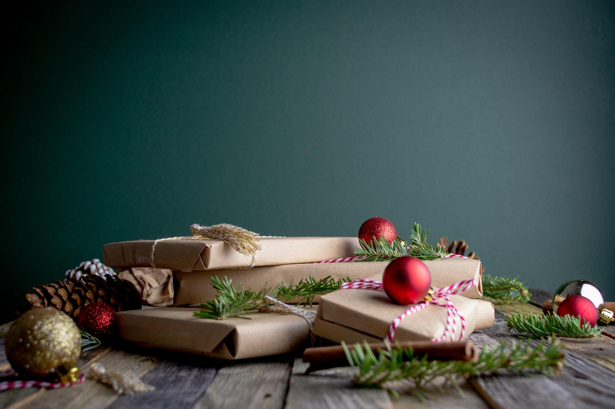 cadeaus ingepakt in karton op tafel