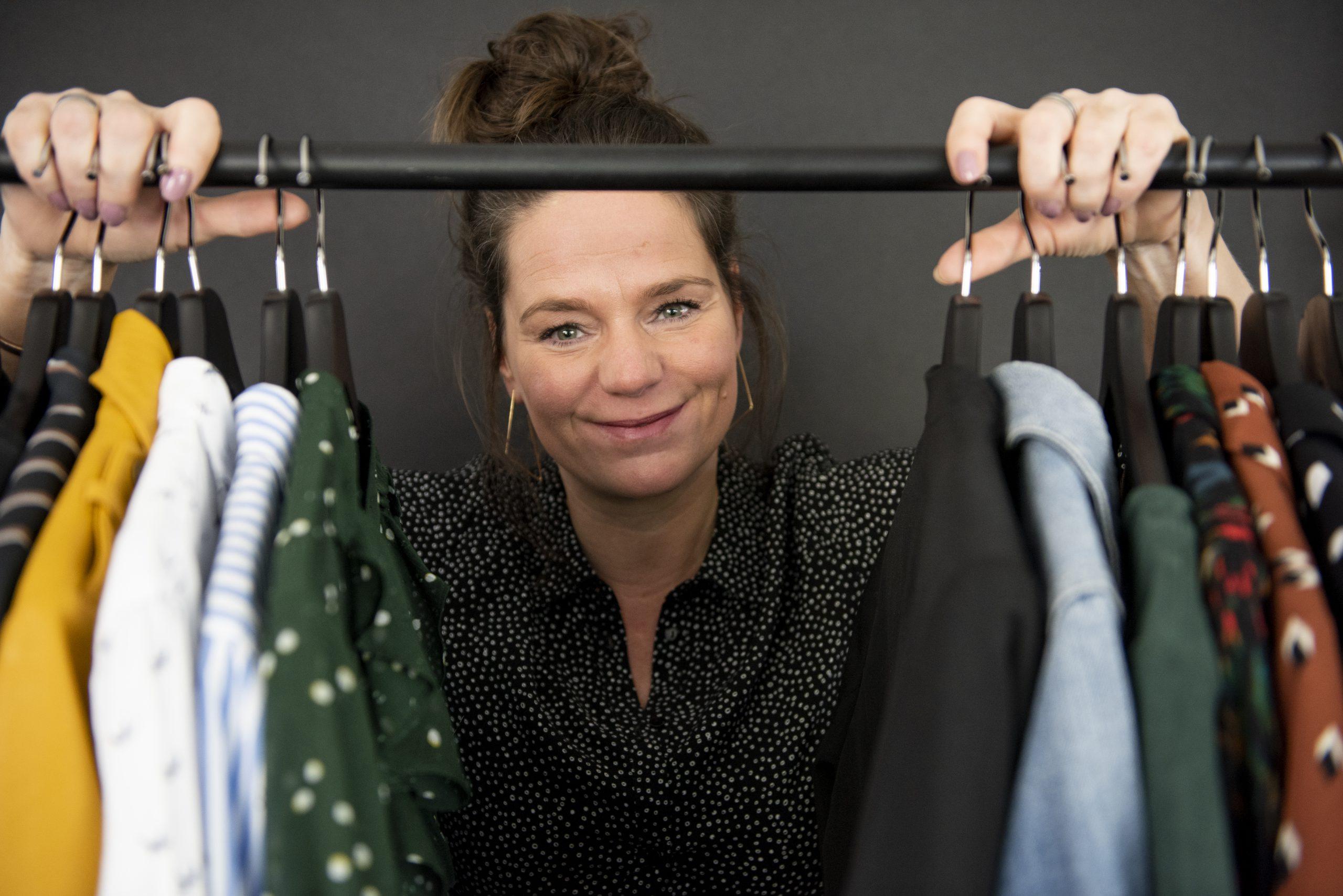 Kledingcoach Debby bij kledingrek