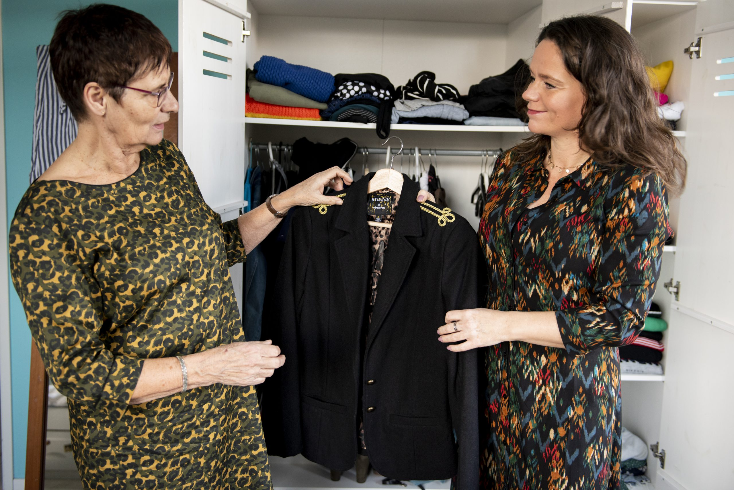 Kledingcoach Debby bij kledingkast met klant