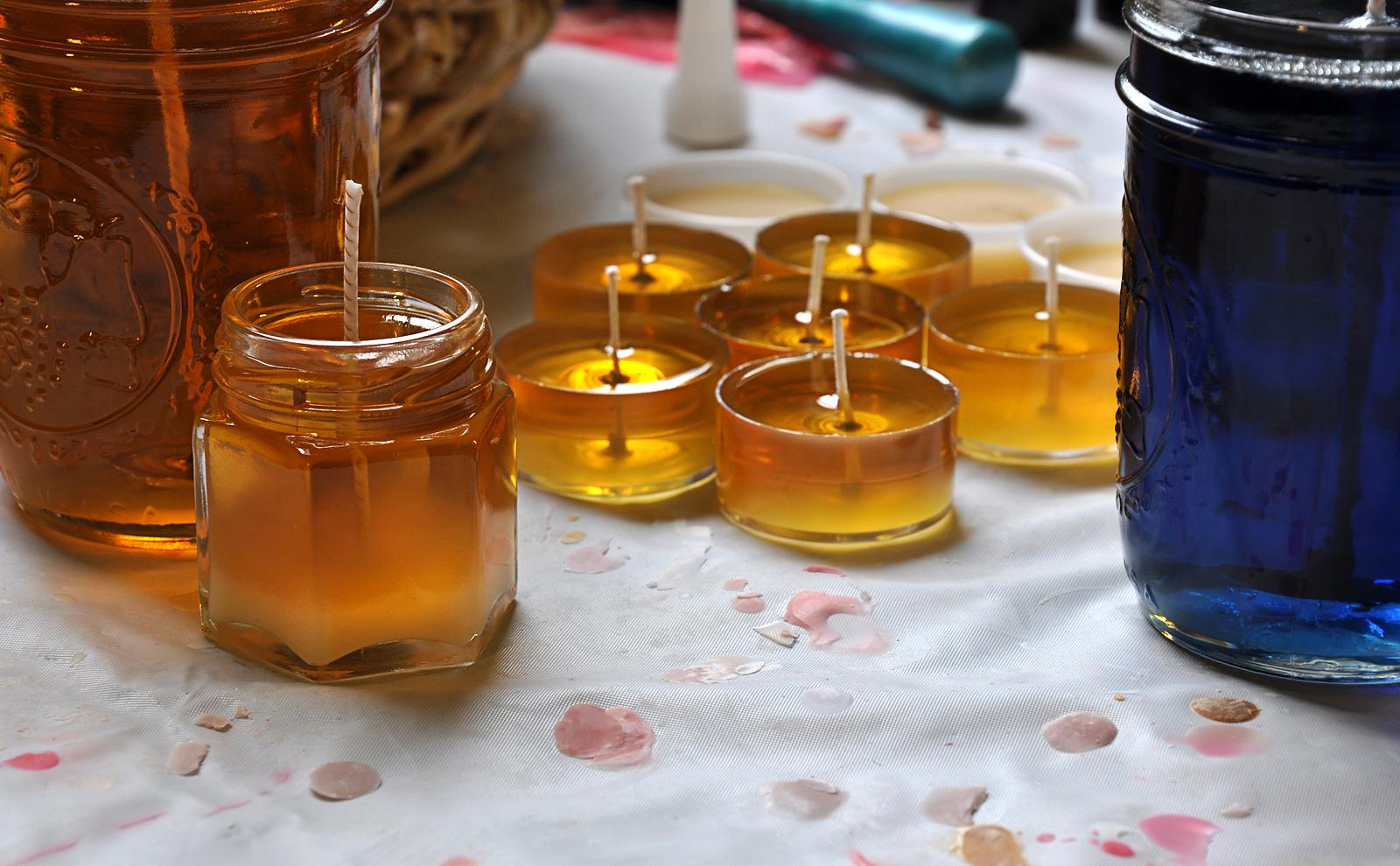 zelfgemaakte kaarsen en waxinelichtjes van gesmolten kaarsvet