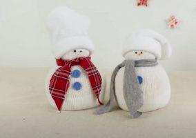 twee sneeuwpop knuffels gemaakt van sokken