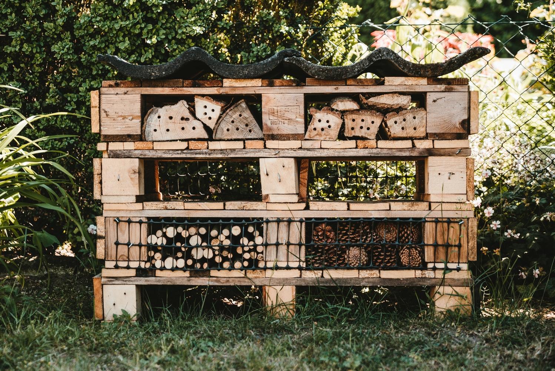 insectenhotel op grasveld gemaakt van pallets