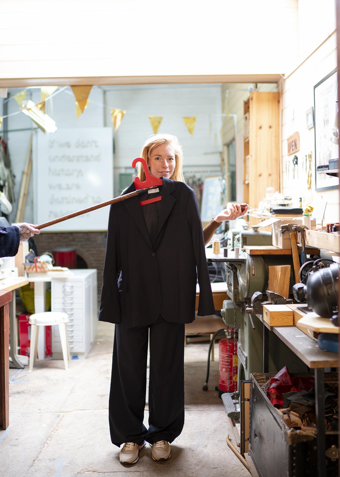 vrouw past jas in winkel