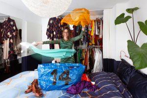 vrouw staat in kamer bij kledingkast