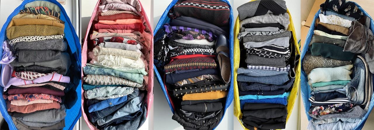 tassen met tweedehands kleding