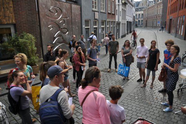 mensen op straat volgen de zero waste tour