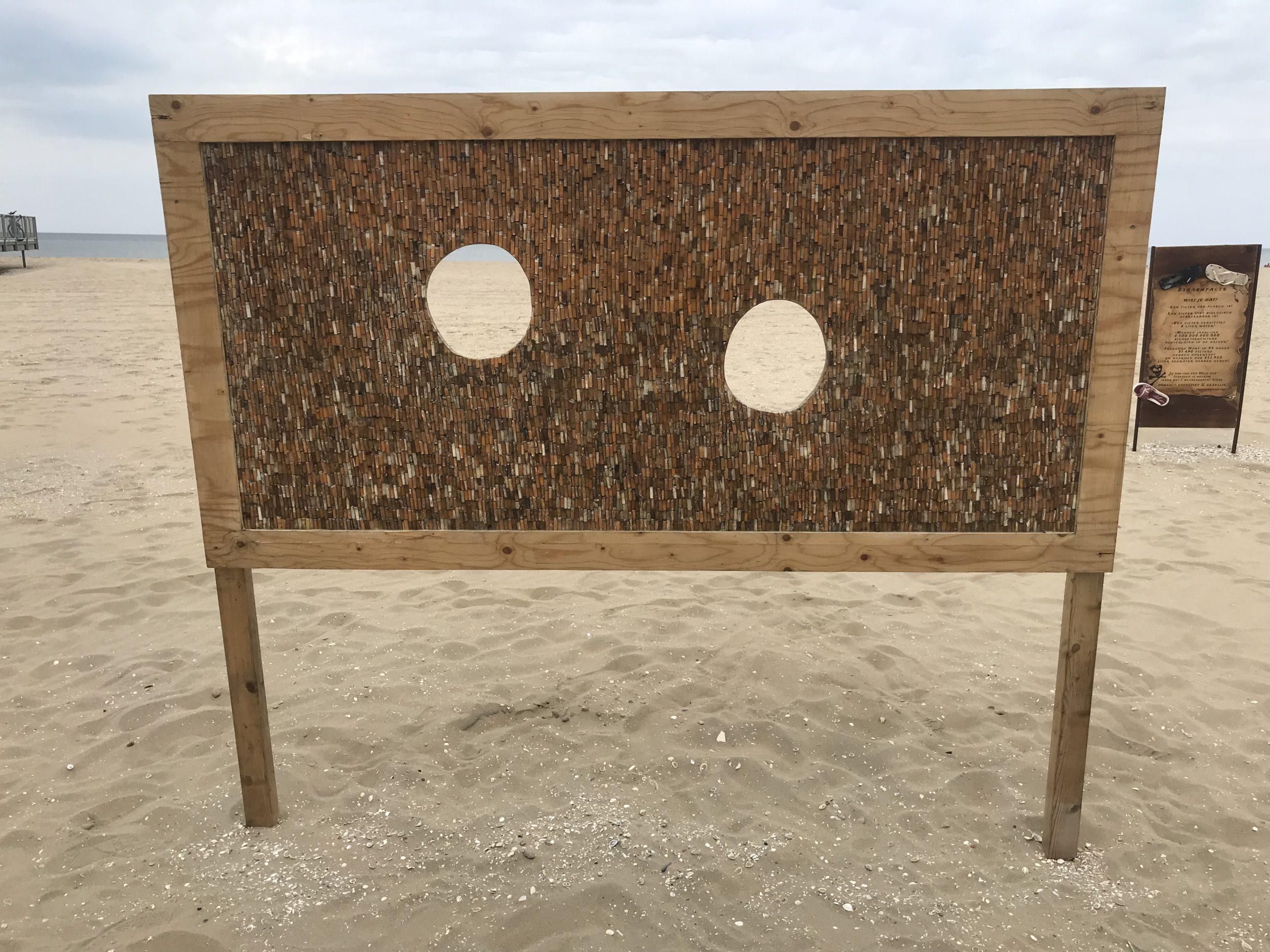 kunstwerk van peuken op het strand