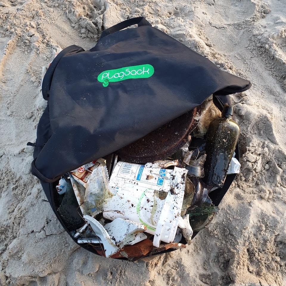 tas met zwerfafval op het strand