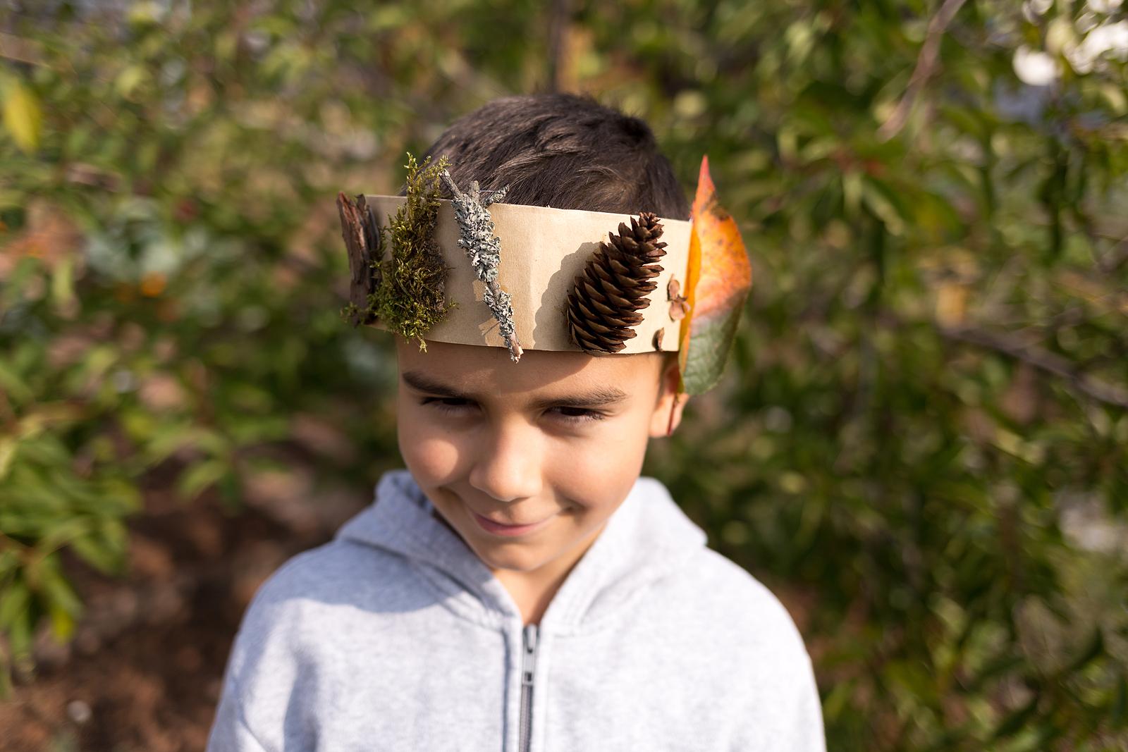jongen met herfst kroon gemaakt van bladeren